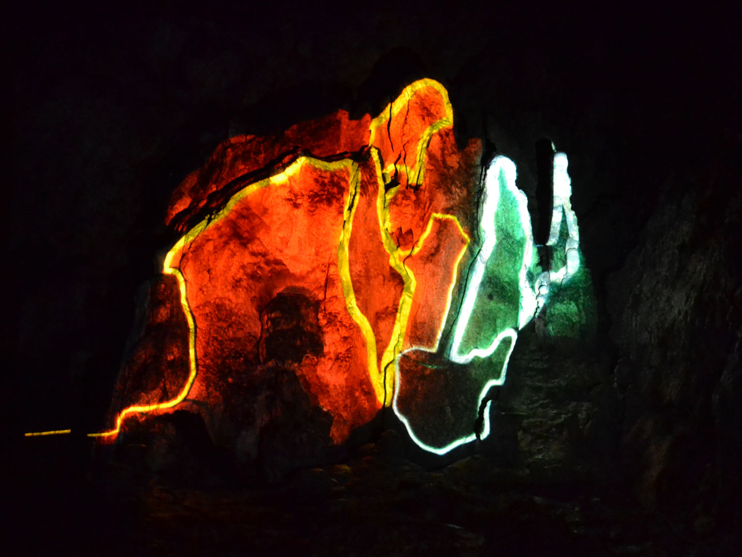 T-visual-skin-3D-projection-mapping-cave-7
